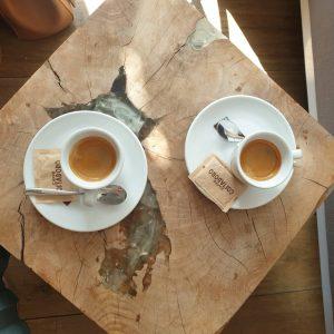 un café à Annecy